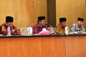Foto: Wakil Bupati Aceh Tengah, Khairul Asmara didampingi para Asisten Setdakab ketika memberi pengarahan terkait persiapan keikutsertaan dalam Inovasi Pelayanan tahun 2016. (ist)