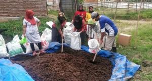 Kreatifitas Perempuan-perempuan Desa Mengolah Limbah