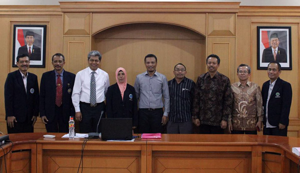 Marlina bersama Guru Besar UNM usai meraih gelar doktornya