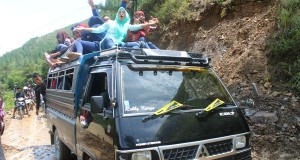 [Foto] Bahaya! Angkot Antar Kecamatan di Gayo Lues