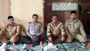Dari kiri, Amir Hamzah, Kapolres Aceh Tengah, Kepala Kampung Lot Kala dan Camat Kebayakan