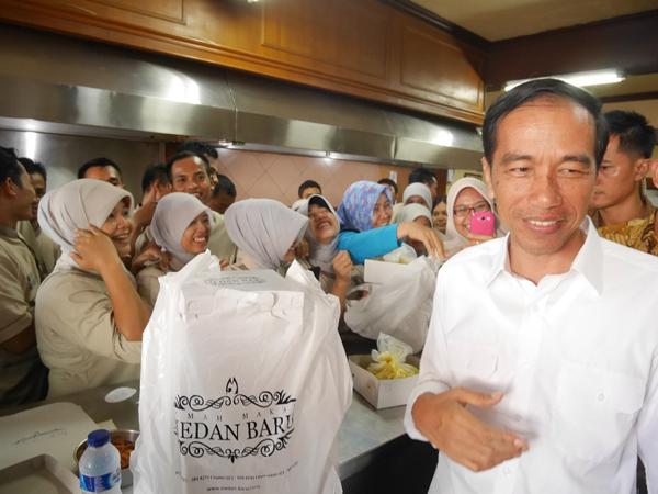 Jokowi di restoran Medan Baru Jakarta. (Foto : Murizal Hamzah)