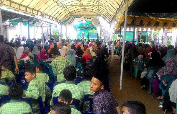 Antusia masyarakat dan santri mengikuti rangkaian acara (Foto: Supri Ariu | LGco)