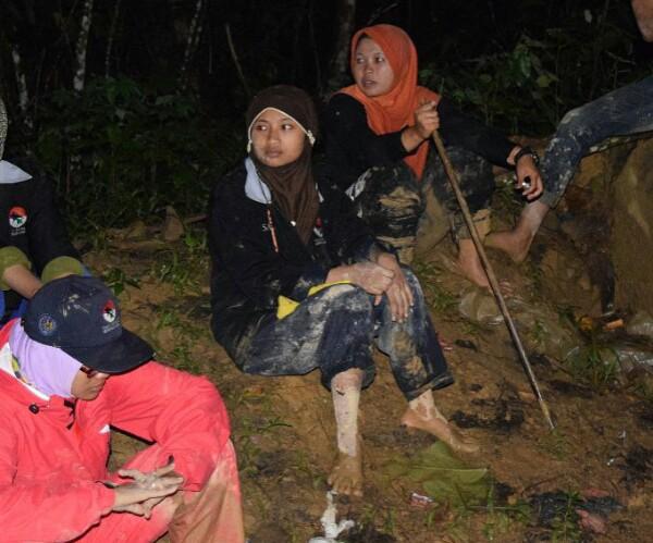 Peserta SM3T UNY mesti rela berjalan kaki hingga berjam-jam untuk sampai di Desa Lesten