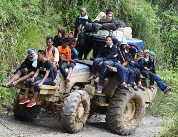 Alat berat jonder satu-satunya kendaraan yang bisa digunakan untuk melewati jalur menuju Desa Lesten (Foto: