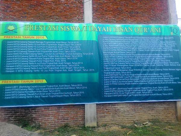 Spanduk daftar prestasi santri dayah Insan Qur'ani selama 2 tahun terakhir (Foto: Supri Ariu | LGco)