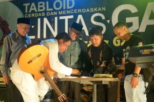 Bupati Bener Meriah, Aceh Tengah dan Rafly saat menandatangani buku Gayo 6,2 SR untuk dilelang kepada penonton sebagai pengglangan dana bagi korban gempa Gayo