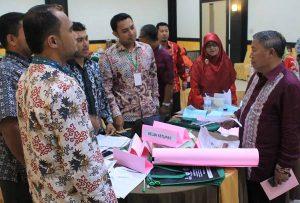 1.Kadisdik Aceh berdialog dengan fasda tentang metode pembelajaran yang akan dipraktikkan di sekolah praktikKepala Dinas Pendidikan Aceh, Drs Hasanuddin Darjo MM saat memberikan arahan pada kegiatan Lokakarya III Kebijakan Strategis PKB