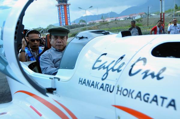 Irwandi bersiap lepas landas dari Bandara rembel. (LGco_Khalis)