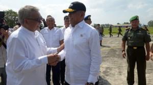 Gubernur Aceh, dr. H. Zaini Abdullah, melepas Menteri Pertahanan RI, Jenderal TNI (Purn) Ryamizard Ryacudu yang kembali ke Jakarta, melalui Landasan Udara Sultan Iskandar Muda Aceh, Aceh Besar, usai keduanya melakukan kunjungan kerja ke Kabupaten Aceh Jaya, Jumat 19/2).