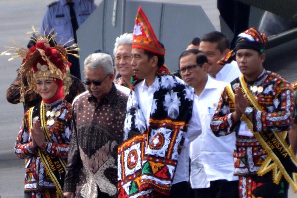 Jokowi didamping sejumlah Menteri dan Gubernur Aceh menuju lokasi acara peresmian  Bandara Rembele. (LGco_Surya)