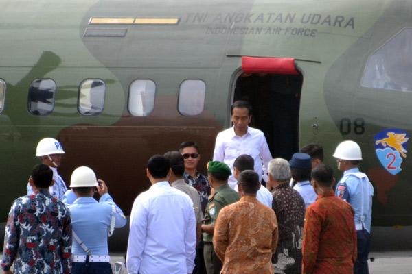 Jokowi turun dari pesawat TNI AU. (LGco_Surya)