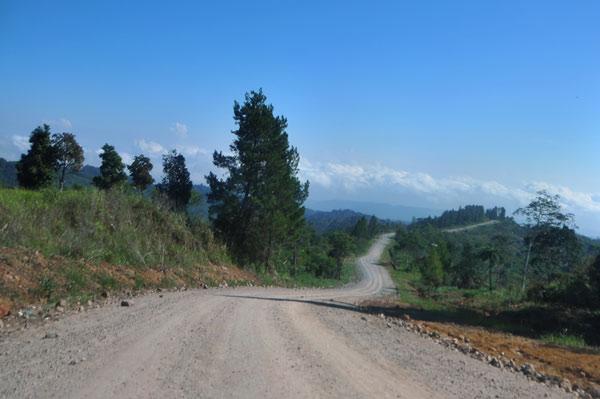 Bagian jalan yang belum di aspal. (LGco_Khalis)