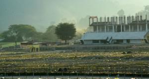 [Foto] Lautan Sampah di Lapangan Pacuan Kuda