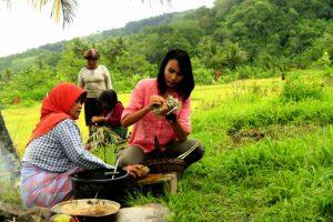 Foto; Stella saat belajar menganyam Alos Gayo (Tikar Gayo) dengan warga setempat (dok. Diansyah)