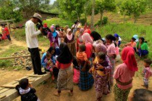Foto: Kru Jejak Petualang saat membagikan bantuan obat-obatan kepada warga Lesten (dok. Diansyah)