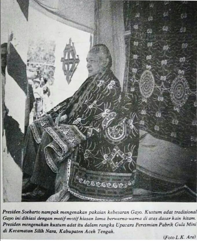 Presiden RI Soeharto denan Upuh Ulen-Ulen di Ketol Aceh Tengah tahun 1983. (foto : LK Ara)