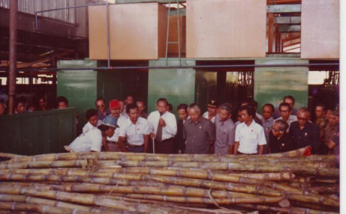 Presiden Soeharto saat meresmikan Pabrik Gula Mini di Buter, Ketol, Aceh Tengah. (Foto : HM. Kasim Amin)