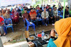 Hj Ismaniar dan masyarakat Atu Lintang-Aceh Tengah