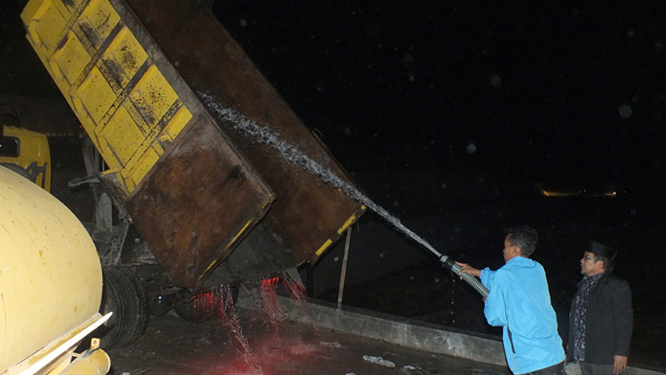 Pembersihan truk agar tidak timbulkan bau tak sedap saat melintasi pemkiman warga. (LGco_Khalis)