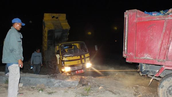 Penarikan truk yang terjebak. (LGco_Khalis)