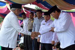 Gubernur Aceh, Zaini Abdullah ketika menghadiri BKMT di Kabupaten Bener Meriah bersama Bupati Aceh Tengah, Nasaruddin dan Sekda Bener Meriah, Ismarissiska