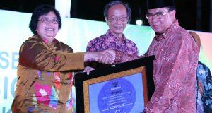 Pak Nas Terima Sertifikat Adipura untuk Aceh Tengah