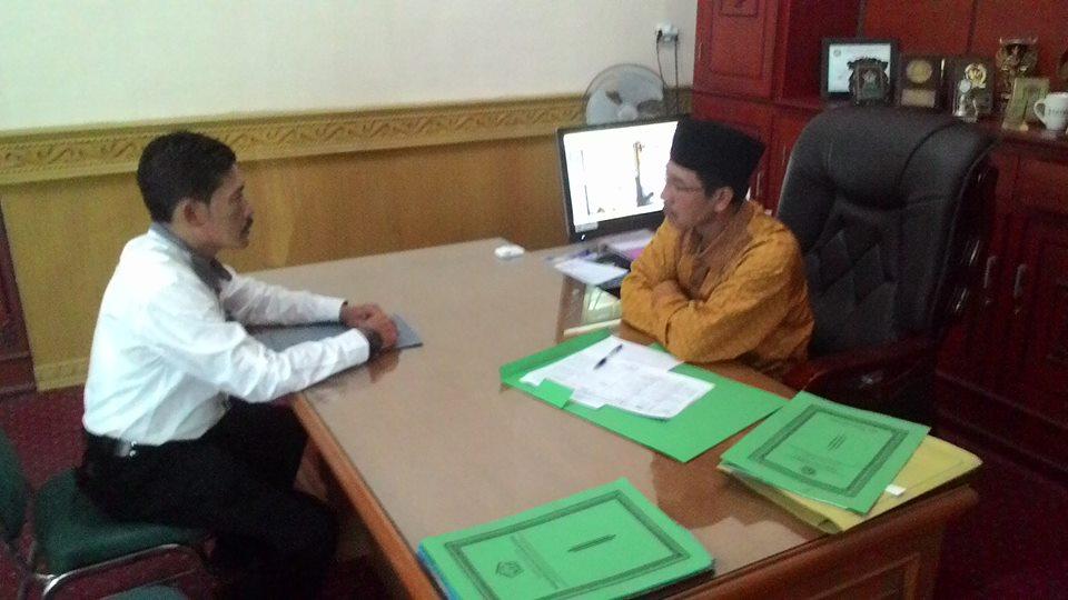 Sekda Aceh Tengah saat menerima Kana Emnurlis di ruang kerjanya