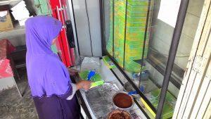 Jika ada pembeli, kue adee baru dikeluarkan dari loyang dan dimasukkan ke dalam kotak