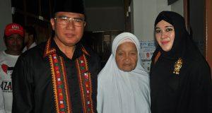 Istri Alm. Ilyas Leube Turut Antar AZAN ke KIP Aceh