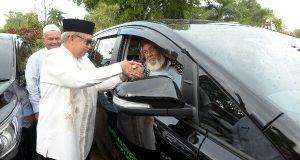 Gubernur Serahkan Bantuan Mobil Operasional Kepada 8 Ulama Aceh