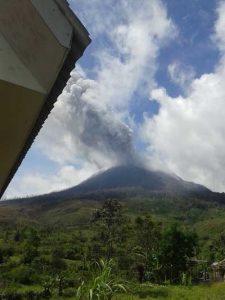 Gunung Sinabung yang Sampai saat ini Terus Memuntahkan Lahar. (Ist)