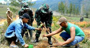 Satgas Bersama Warga Hijaukan Lokasi TMMD Linge