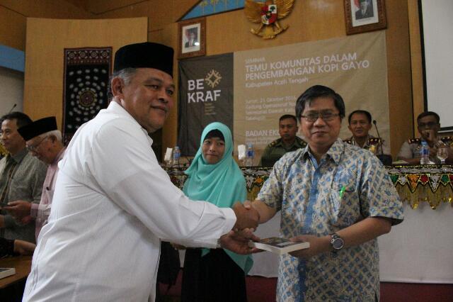 Peluncuran buku Hikayat Kopi karya Muhammad Syukri yang diikuti dengan penyerahan buku kepada sejumlah perwakilan peserta seminar