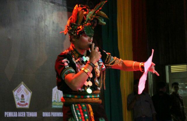 Salah seorang calon Duta Kopi Gayo, Syahru Lut Iman unjuk kebolehan baca puisi tentang kopi Gayo