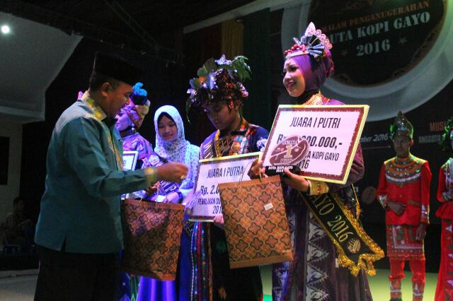 Penyerahan hadiah juara oleh Bupati Aceh Tengah diwakili Asisten 2 Setdakab Aceh Tengah, Amir Hamzah