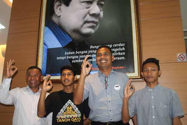 Anggota DPRA Alaidin Abu Abbas dan Ismail Aman Nir Berpose bersama mahasiswa