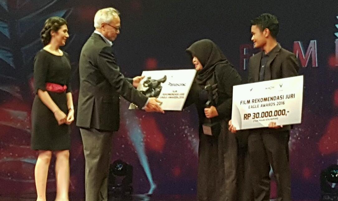 Rahmi dan Ariza sutradara Kutukan Tak Bertuan saat menerima hadiah terbaik pilihan juri EADC