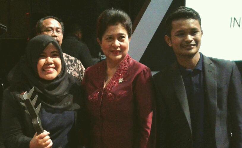 Menteri Kesehatan RI, Prof. Dr. dr. Nila Farid Moeloek, Sp.M (K) diapit Rahmi dan Ariza