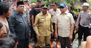 Serahkan Bantuan Masa Panik, Soedarmo Tinjau Banjir di Singkil