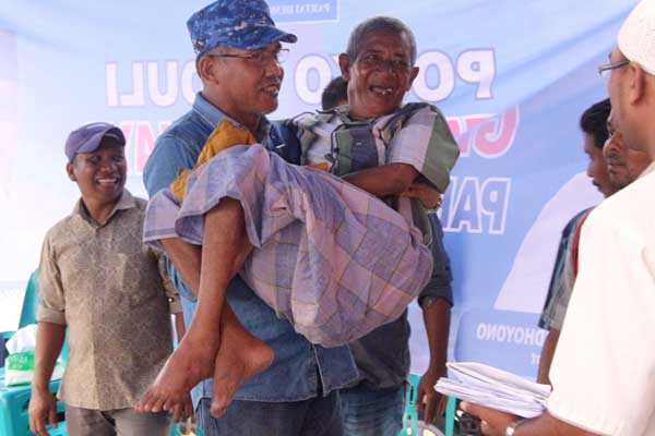 Nova Iriansyah Menggendong pasien manula korban gempa