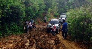 [Foto] Rombongan Kanwil Kemenag Aceh Jajal Jalan Lumpur ke MIS Kala Wih Ilang