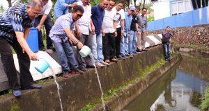 Ketua Demokrat Aceh Tabur 2000 Benih Ikan Lele di Lingkungan Kantor