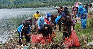 4 dari 6 Istri Paslonbup Aceh Tengah Bakti Lingkungan di Pante Menye