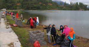 [Foto] Istri Cabup/Cawabup Aceh Tengah Bersih Sampah di Lut Tawar