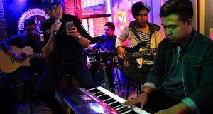 Nova Iriansyah Bernyanyi Untuk Pengunjung ARB Coffee Takengon