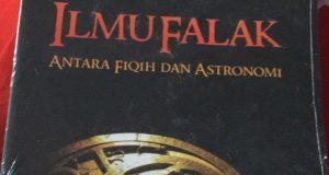 Abu Tanjung Bungong Serahkan Buku Karangannya Kepada Wali Nanggroe