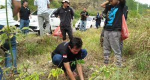 Komunitas Rush Aceh Tanam Pohon dan Pungut Sampah di Lut Tawar