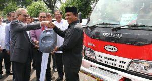 CSR Bank Aceh, Gubernur Serahkan Bantuan Bus dan Mobil Damkar