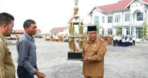 Ketua Pordasi Bener Meriah Serahkan Piala Bergilir Juara Umum Pacuan Kuda ke Plt Bupati